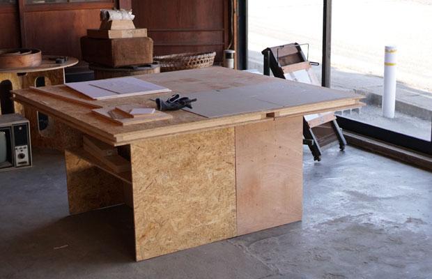 工作スペースのテーブルは、ホームセンターの材料で自主制作。