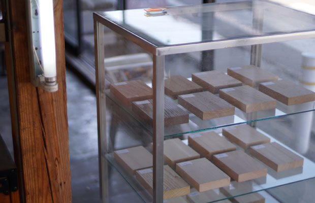 残置物の什器は、内装材のサンプル置き場に。