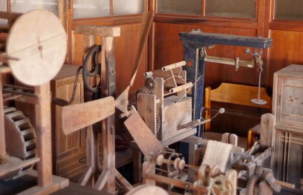 回収してきた古家具や道具たちはまとめて陳列。