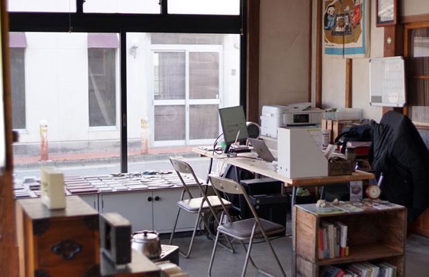 〈藤棚デパートメント〉同様に、事務所はいつでも相談できる状態に。