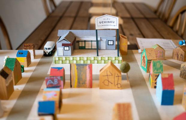 ワークショップで子どもたちと一緒につくったみんなの「うちんく(私の家)」が店内に飾られています。