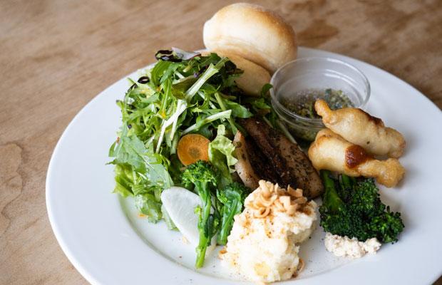 ランチのデリプレート。野菜いっぱいでうれしい。パンは奥さんの理香さんが焼いてくれます。