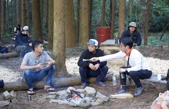 グッドネイバーズ・ジャンボリー2020にて、佐藤政宗さん(左)、木工作家のアキヒロジンさん(中)と行われた、焚き火を囲んだトークショー。後ろの観客には働き方研究家の西村佳哲さんの姿も。