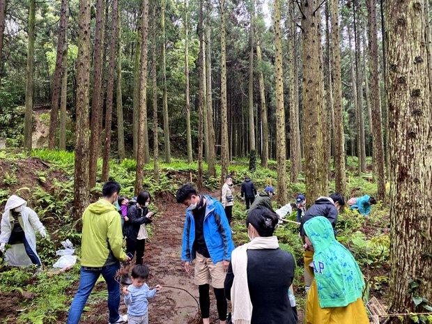 子どもたちも一緒に植樹に参加。