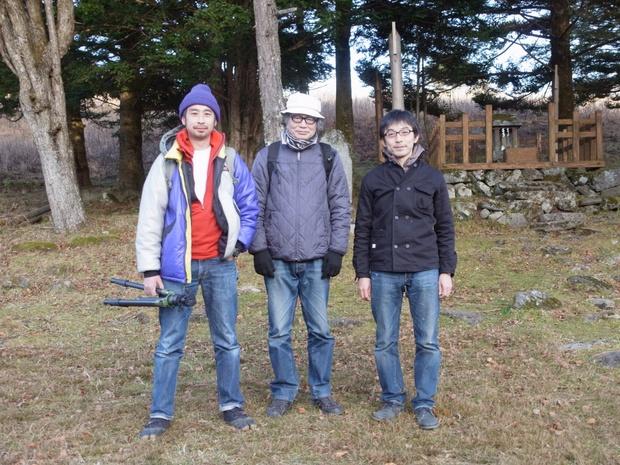 左から写真家の田附勝さん、民族・考古学研究者の田中基さん、石倉敏明さん。フィールドワークのひとコマ。写真提供:石倉敏明