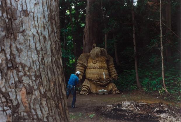 秋田にある巨大なわら人形の「鹿島様」。写真提供:『野生めぐり 列島神話をめぐる12の旅』(淡交社)