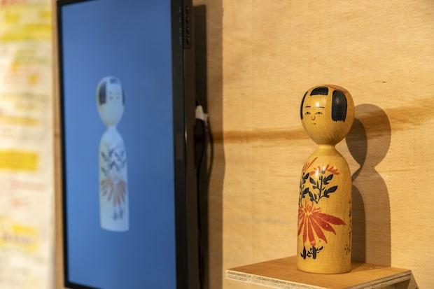 秋田県横手市出身の油谷満夫さんが、60年以上かけて集めた50万点に及ぶ生活用具のコレクション〈油谷これくしょん〉の一部や、サーキット・ベンダー(回路を曲げる人)と名乗る作家・内田聖良さんによるプロジェクト〈水山これくしょん〉も展開。秋田で使われていた日用品を3Dスキャンし、バーチャル空間で使えるアイテムに変換、蓄積していく試みで、会期中、来場者から提供される日用品も加えられ日々更新されていく予定です。(撮影:草彅裕)