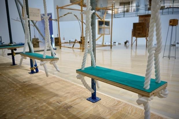 会場2F、美術作品と同じスペースに設置されているブランコ。