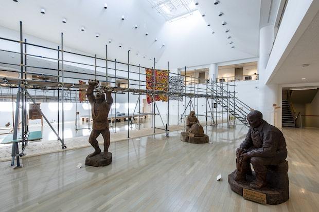 農民彫刻家・皆川嘉左ヱ門さんの作品群。1本の木から掘り出された大きな彫刻に出会えます。(撮影:草彅裕)