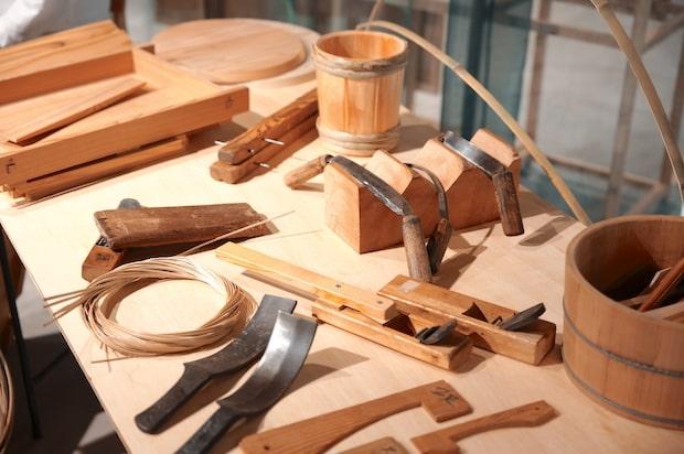 「秋田杉桶」「秋田杉樽」の材料や道具の一部。写真は、職人を会場へ招き、製造工程や歴史、現在とこれからの挑戦を聞くトークイベントのときのもの。(撮影:須賀亮平)
