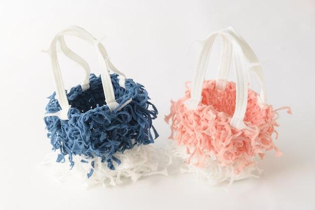 マスクインナーの製造過程で発生する裁断切れ端を紐状にカットし、手編みで仕上げた個性的なバッグ。「エアロテクノ」搭載で、抗ウイルス機能が備わっています。あんだバッグ01 3300円
