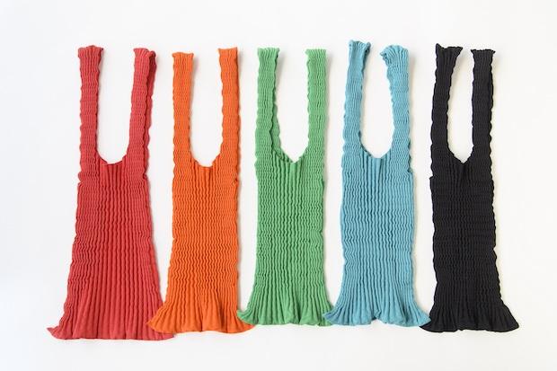 無縫製で裁断のロスがなく、縫製工程も省略された伸縮性のあるチューブ状のバッグ。1点ごとに染められる「製品染め」技術で、カラーごとにフレキシブルに生産ができるため、余剰在庫も発生しないそう。のびるバッグ01 3960円