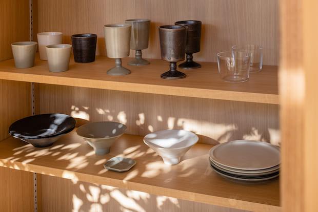 お部屋の棚にはnakamurakenoshigotoさんの器が。味わいのあるお皿たちが、お部屋での団欒をいっそう深めてくれそう。