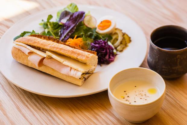 朝食や軽食では自家製ハム・ソーセージ専門店tesio(沖縄市)の感動的においしいというソーセージやハムを使ったメニューが。宜野湾市のコーヒーショップ・YAMADA COFFEEのスペシャリティコーヒーもご用意。