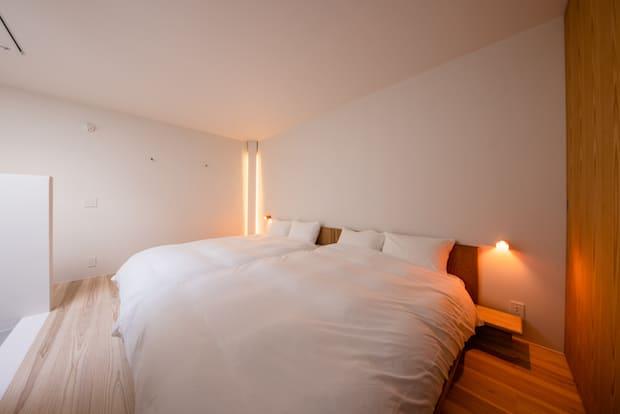 日本製のポケットコイルを使ったマットレスに沖縄の気候に合わせて調整した羽毛布団と京都でつくられた綿100%のダブルガーゼが心地よい睡眠へと誘ってくれます。2階は天窓以外に窓はなく、屋根裏に籠もるように静か。