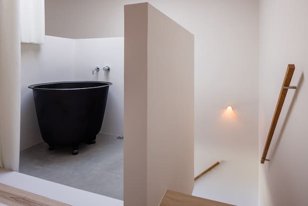 お風呂は個性的な佇まいで驚かれることが多々。洗濯機とガス乾燥機も設備されています。沖縄は塩分を含んだ潮風が吹くので、一般家庭では、ガス乾燥機があるのが普通なのだそう。