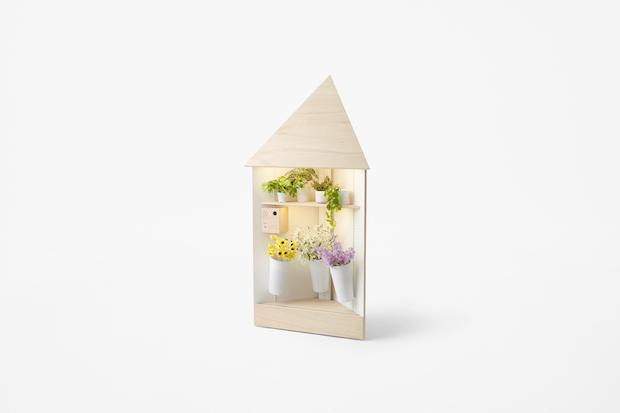 棚板の数や位置は、簡単に変更が可能。花や背の高い野菜などを入れるバケツが設置できるほか、傾斜棚やフックなども取り付けられます。