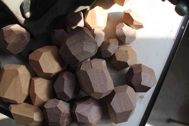〈tumi-isi(ツミイシ)〉は職人が手作業でつくっており、それぞれが異なるサイズ・形状。