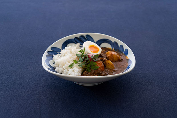 陶磁器デザイナーである阿部薫太郎さんのカレー皿〈daily spice plate〉。