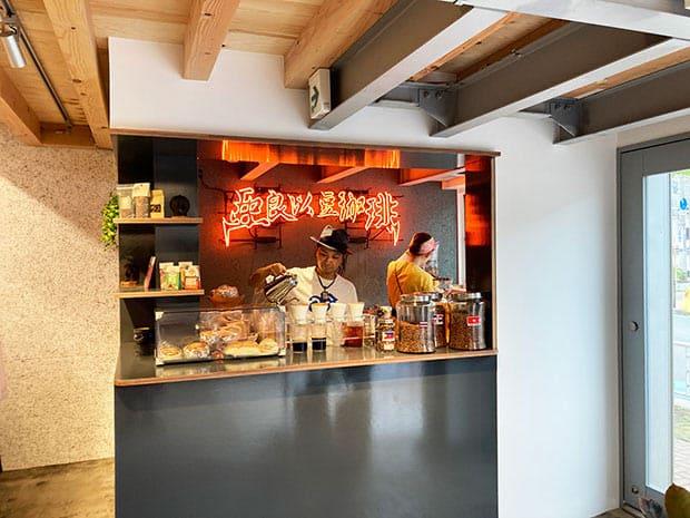ARiSE COFFEE PATTANA。輝くネオンが印象的な店頭。