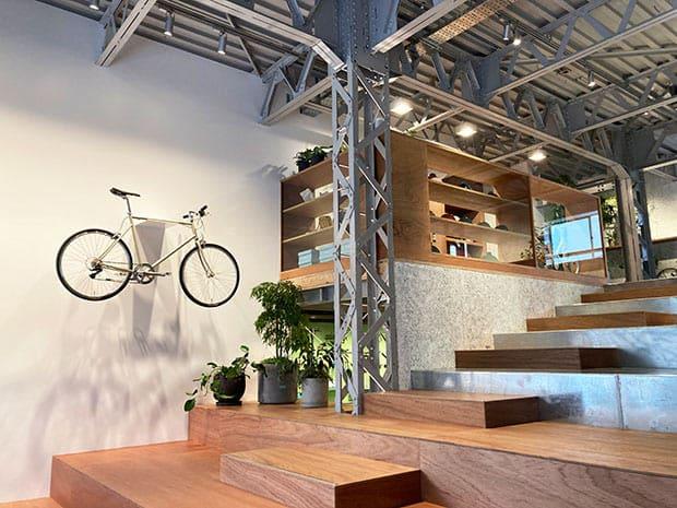 元倉庫の天井高を生かした開放的な空間。