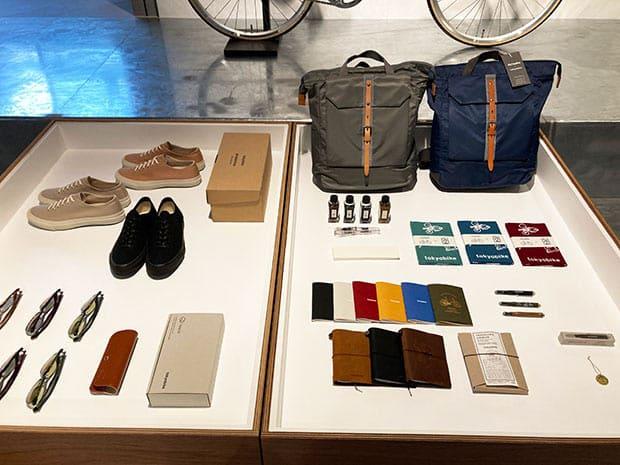 自転車と共に楽しみたいカバンや靴、サングラス、レインコートなどが並びます。