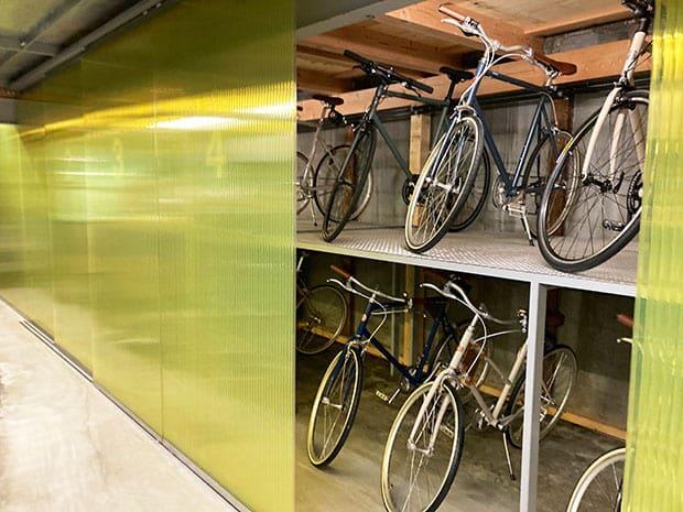 並んだ自転車は、納品予定の自転車や修理待ちのもの。