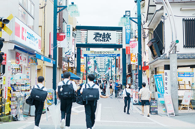 戸越銀座の正式名称は「戸越銀座商店街連合会」。3つの商店街振興組合からなり、全長約1.3キロにわたる関東有数の長さを誇る。大正12年の関東大震災で壊滅的な被害を受けた東京の下町や横浜方面の商業者たちが集まったことから始まった。現在約400軒の店舗が軒を連ねる。最寄り駅は東急池上線「戸越銀座」駅、都営地下鉄浅草線「戸越」駅など。