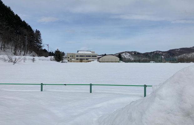 一面の雪に覆われたグラウンド。