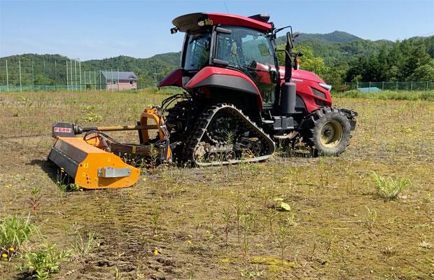 パワーのある機械で農家さんがグラウンドの草を刈ってくれた。