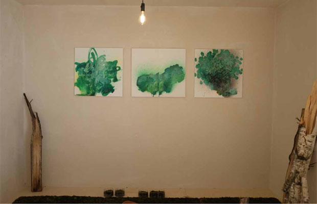 苔の質感や色合いに魅了され採取するなかで、濃いグリーンの絵が生まれた。