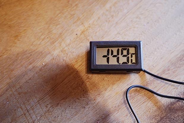 マイナス14.9度を示す温度計の写真