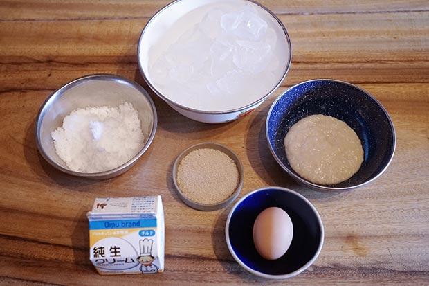 材料写真。塩、氷、きび砂糖、卵、生クリーム、甘麹
