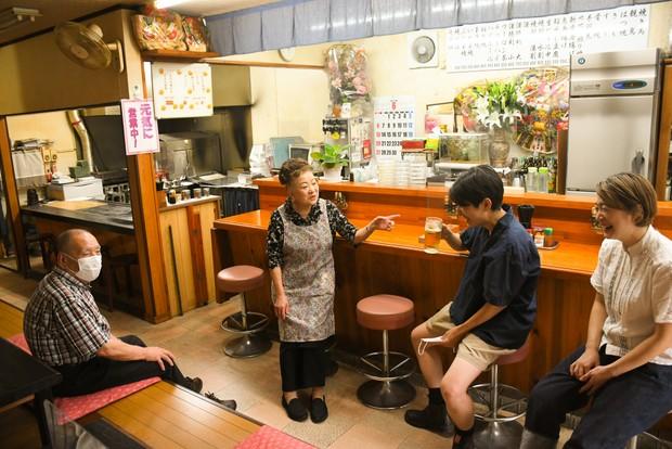 青山重次さん、美恵子さん夫妻と。距離感が心地いいからと移住当初から通う。