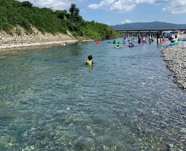 夏には県内外から人が集まる穴吹川。透明度は国内トップクラス。。