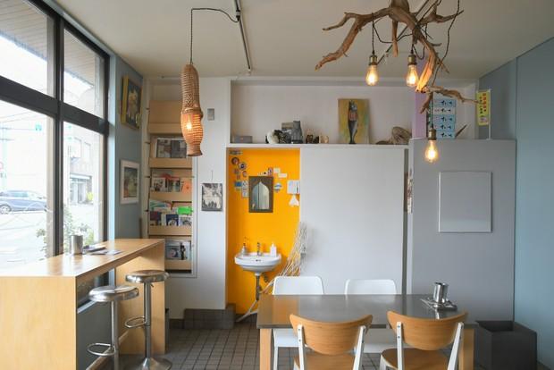 壁をはがしたりペンキを塗ったりと、店内はほぼふたりでDIYして整えた。