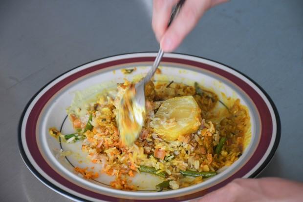 ぐちゃぐちゃに混ぜるのがスリランカスタイル。「スリランカの道場六三郎さんみたいな人が、自分で混ぜて料理を完成させるみたいなことを言ってました」と亮太さん。