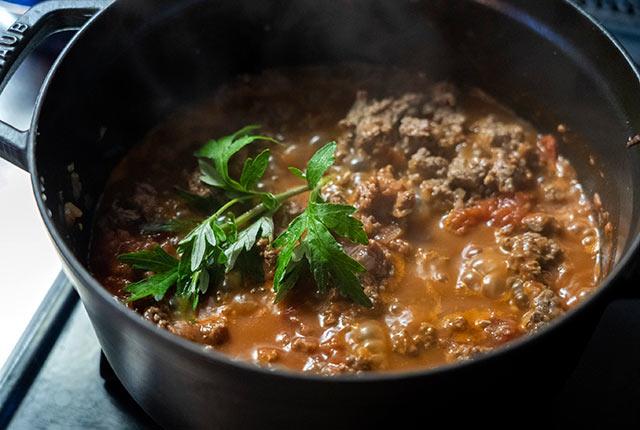 鍋で鹿肉の煮込みを調理中