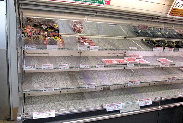 商品がほとんどなくなった食品棚