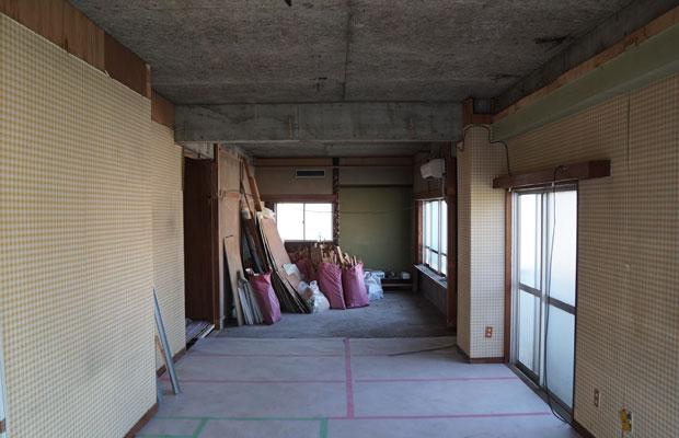 奥の和室は床と天井を剥がし、床の間は残す。