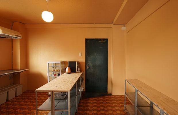 共有キッチンは、床の既存ビニルクロスが印象的なので、それに合わせた塗装に。