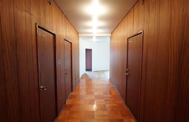 室内廊下の奥に新設した白いR壁が、人を誘導する。