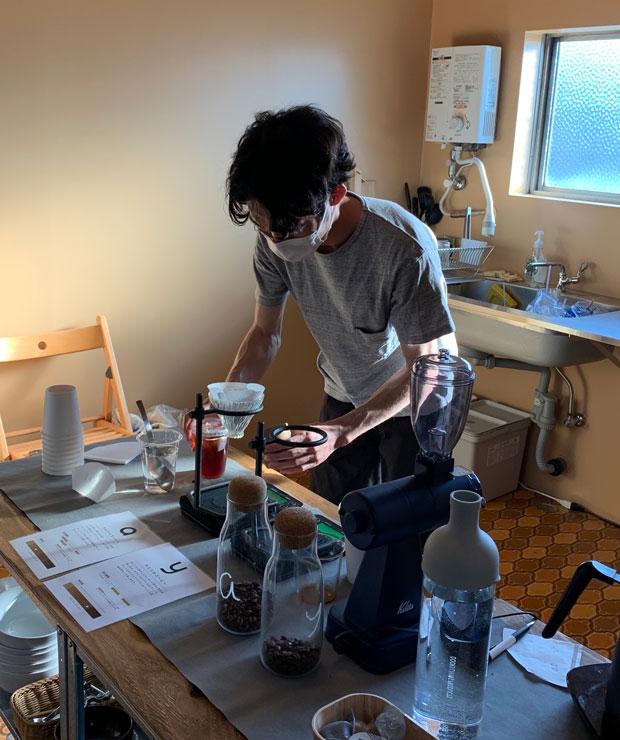 キッチンスペースでコーヒー屋〈day b〉として参加した、〈アキナイガーデン〉の梅村陽一郎くん。