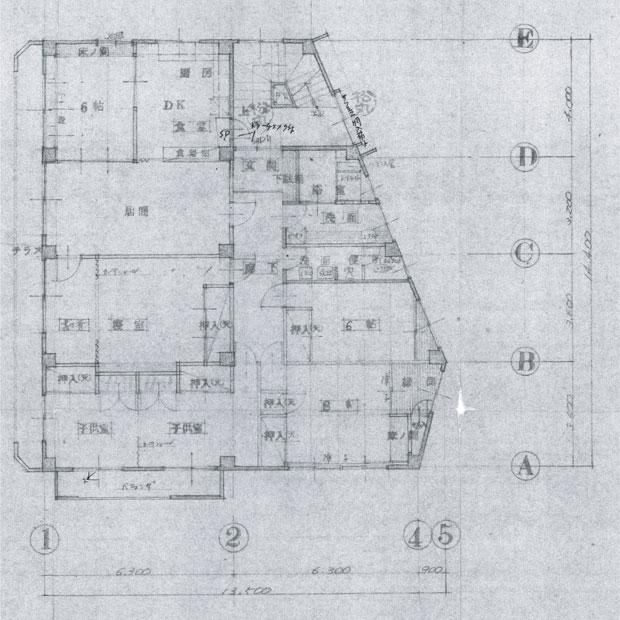 3階の既存図面。3階には7つの部屋とキッチン、4階には広い屋上と倉庫がある。