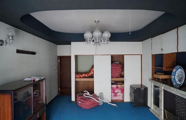 寝室はRのかかった織り上げ天井に暖炉も。