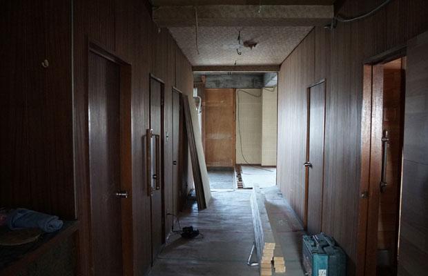 廊下の突き当たり、奥の壁を取り払うと明かりが差し込む。