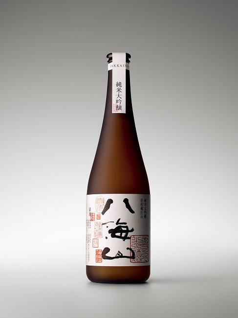 新潟の銘酒〈八海山〉のパッケージデザインも担当。写真は〈純米大吟醸 八海山 浩和蔵仕込み〉。