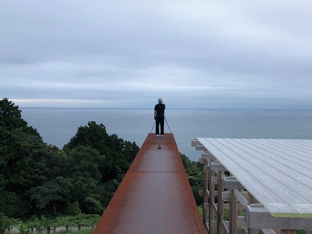 〈小田原文化財団 江之浦測候所〉で撮影する原さん。〈低空飛行〉の撮影や原稿執筆は、基本的に原さんがひとりで行っている。