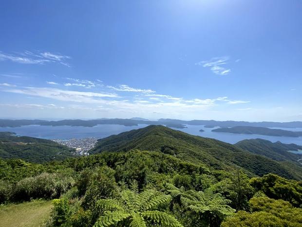 奄美大島から加計呂麻島を望む。