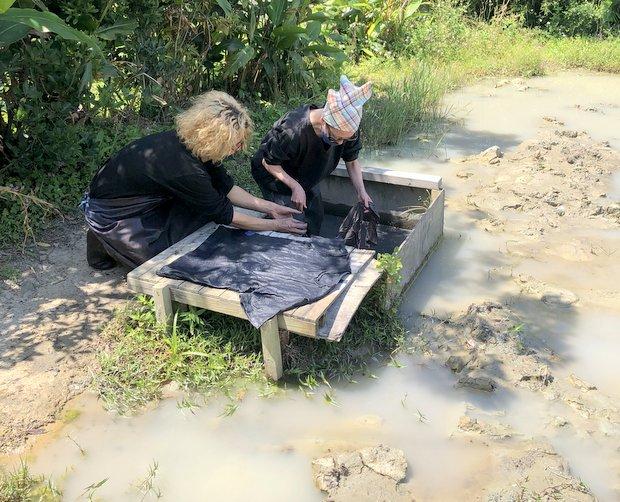 カエルやシリケンイモリも泳ぐ泥の田んぼで色を定着させる。